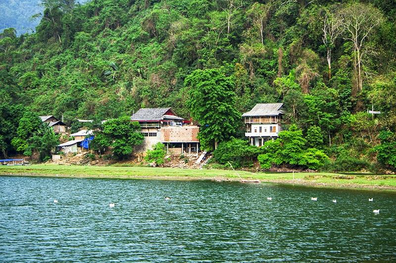 Những ngôi nhà của người Tày ven hồ phục vụ khách du lịch ở bản Bó Lù