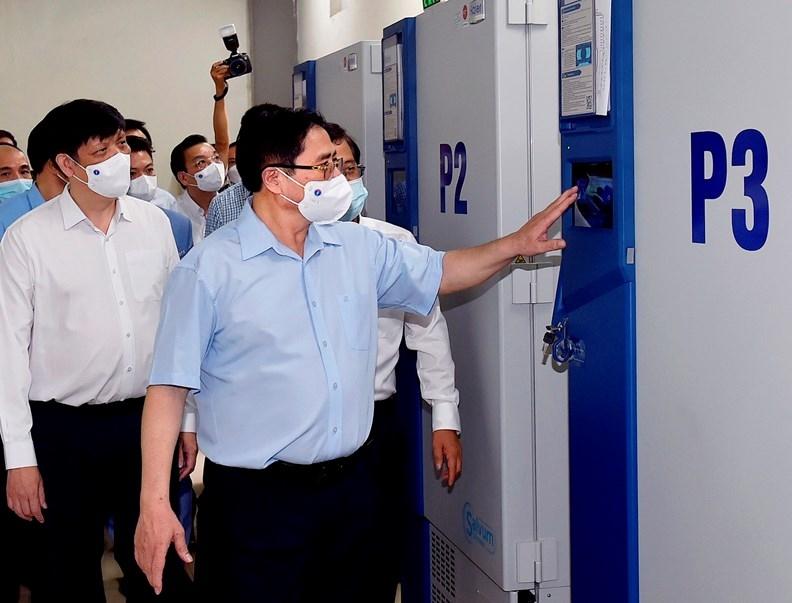 Thủ tướng Phạm Minh Chính thăm khu vực kho lạnh của Viện Vệ sinh dịch tễ Trung ương bảo quản vaccine Sputnik-V của Nga. Ảnh: VGP