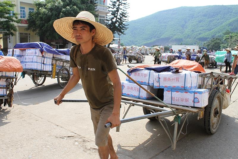 Trong mùa dịch, người lao động vùng biên tỉnh Quảng Ninh có việc làm không còn nhiều. Ảnh: Tư liệu