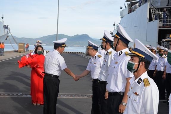 Chuẩn đô đốc Nguyễn Đình Hùng động viên đoàn công tác