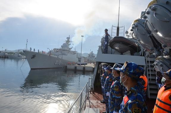 Cán bộ, chiến sĩ tàu 016-Quang Trung chào bến lên đường