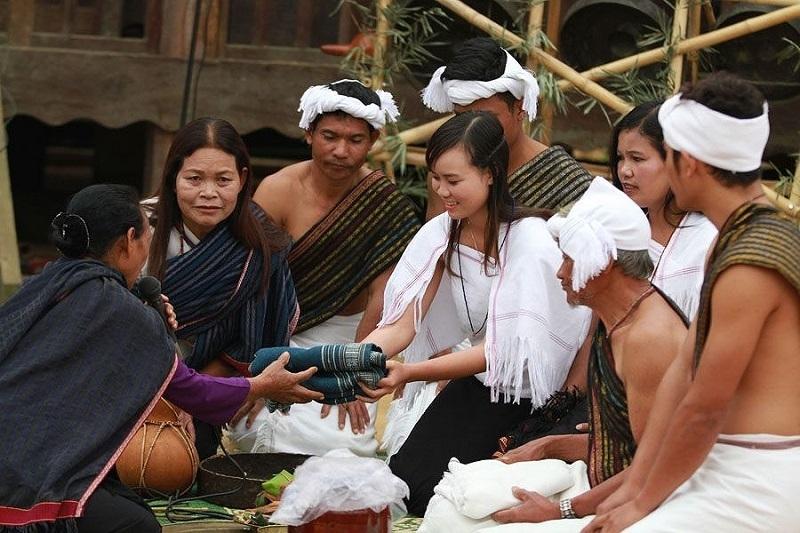 Lễ vật dẫn cưới của người Chu Ru phải có khăn xanh và khăn trắng (Ảnh TL)