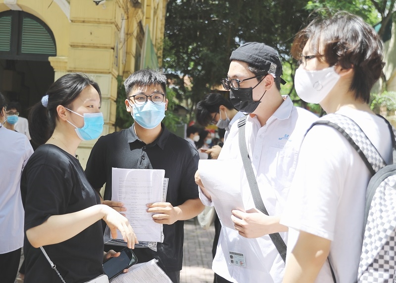 Thí sinh tự tin với khả năng làm bài thi môn Ngữ văn tại Điểm thi Trường THPT Việt Đức (Hà Nội). Ảnh: Thế Đại