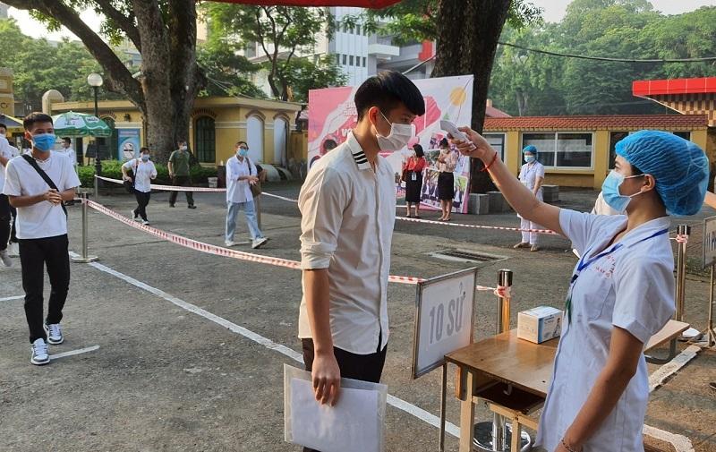 Thí sinh dự thi tốt nghiệp THPT 2021, đợt 1 tại điềm thi Trường THPT Chu Văn An (Hà Nội). Ảnh: TG
