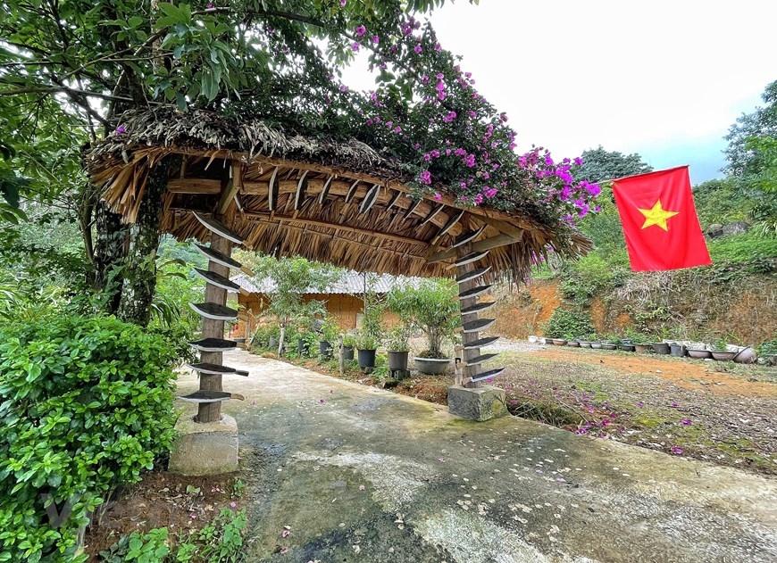 Vì là xã làm du lịch cộng đồng muộn so với nhiều địa phương khác nên bà con Sin Suối Hồ quyết tâm tạo khác biệt và điểm nhấn cho du khách ngay từ ấn tượng đầu tiên đó là chiếc cổng nhà. (Ảnh: Xuân Mai/Vietnam+)