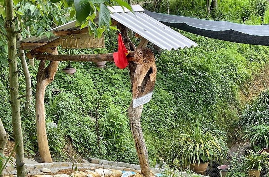 Cổng có mô hình chiếc cuốc phóng to, vật dụng gắn với hoạt động nông nghiệp của người dân địa phương. (Ảnh: Xuân Mai/Vietnam+)