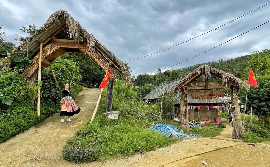 Hảng Thị Qua, hướng dẫn viên du lịch địa phương cho biết những chiếc cổng này và văn hóa bản địa là niềm tự hào của du lịch cộng đồng Sin Suối Hồ. (Ảnh: Xuân Mai/Vietnam+)
