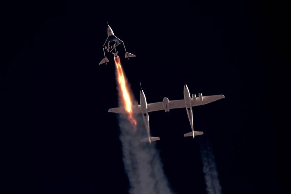 Máy bay tên lửa chở khách Unity của Virgin Galactic, chở Richard Branson và phi hành đoàn, bắt đầu bay lên rìa không gian ngày 11/7. Ảnh: Reuters.