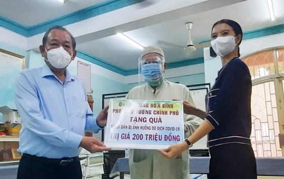 Phó Thủ tướng Thường trực Trương Hòa Bình trao tặng 200 phần quà đến các hộ gia đình khó khăn trong cộng đồng người Chăm ở phường 1, quận 8, TP.HCM. Ảnh: HOÀI NAM