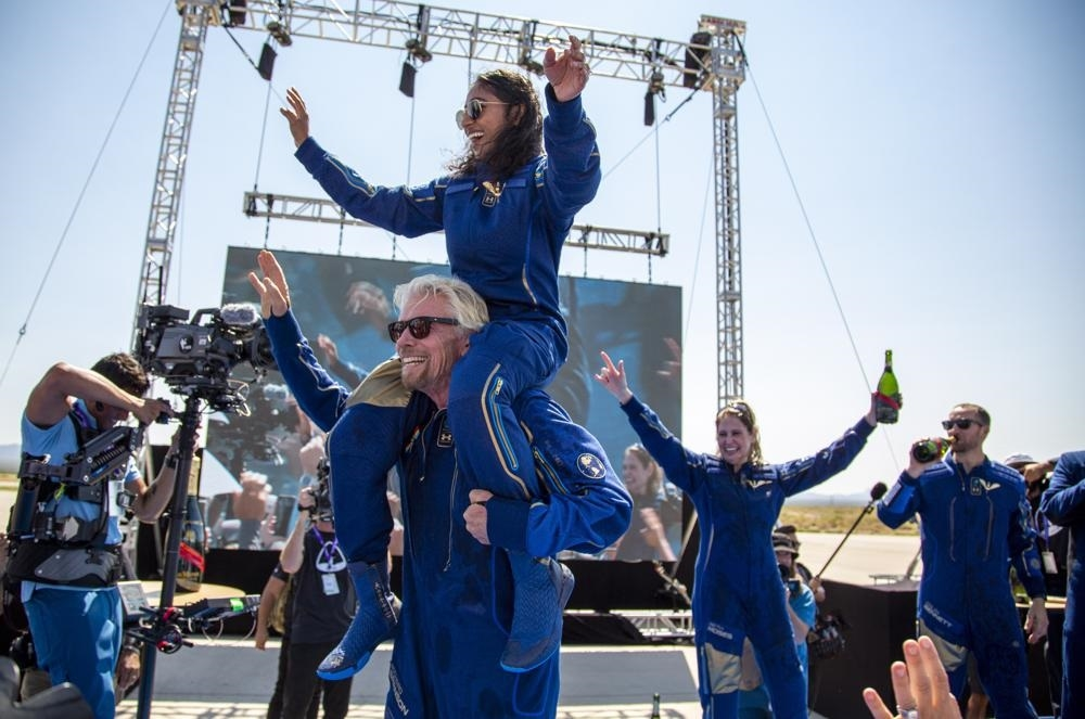 Tỷ phú Richarrd Branson và phi hành đoàn vui mừng sau khi trở về mặt đất. Ảnh: AP.