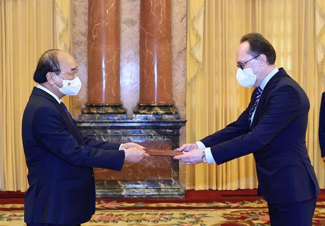 Chủ tịch nước Nguyễn Xuân Phúc nhận Quốc thư của Đại sứ Đặc mệnh toàn quyền Liên bang Nga tại Việt Nam Bezdetko Gennady (Ảnh: TTXVN)