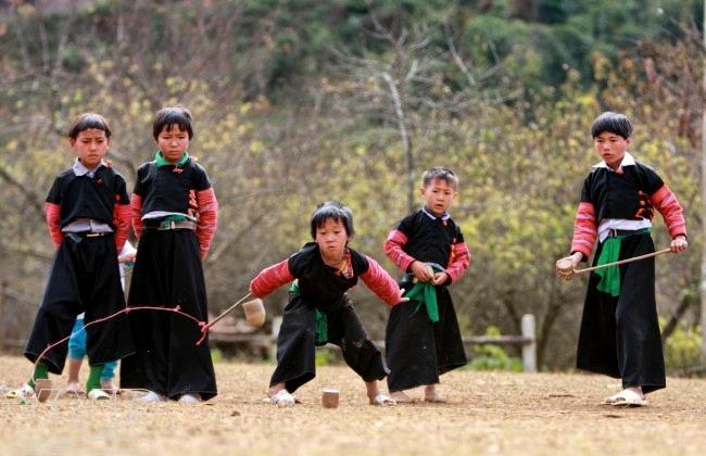 Trẻ em dân tộc Mông chơi tu lu