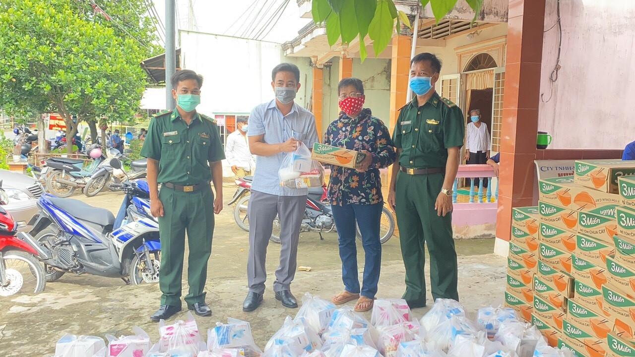 Đồn Biên phòng Vĩnh Châu bàn giao 90 phần quà cho chính quyền địa phương để hỗ trợ cho người dân tại khu vực khóm Vĩnh Thành, phường Vĩnh Phước (TX .Vĩnh Châu)