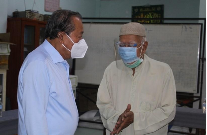 Phó Thủ tướng Thường trực Trương Hòa Bình động viên Giáo cả Thánh đường Hồi giáo Jamiul Anwar