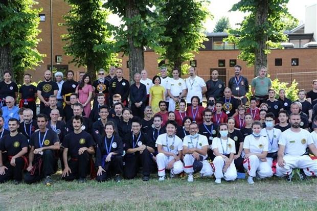 Đại sứ Nguyễn Thị Bích Huệ (áo dài vàng) chụp ảnh lưu niệm cùng các võ sư, môn sinh tại Italy. (Ảnh: Hải Linh/TTXVN)