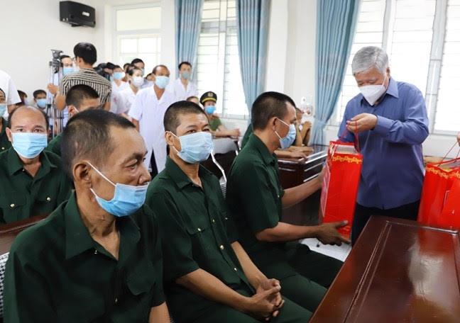 Bí thư Trung ương Đảng, Chủ tịch Ủy ban Trung ương MTTQ Việt Nam Đỗ Văn Chiến trao quà cho các thương bệnh binh tại Trung tâm chăm sóc và phục hồi chức năng cho người tâm thần tỉnh Thái Bình