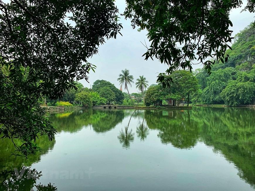 Nhà thủy đình 8 mái giữa không gian mặt hồ biếc xanh bao quanh là hệ thống cây cổ thụ. (Ảnh: Xuân Mai/Vietnam+)