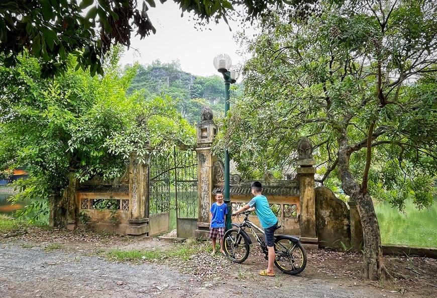 Nơi đây giờ trở thành điểm vui chơi cho trẻ em quanh vùng, nơi người dân địa phương chọn dừng nghỉ chân hóng mát.(Ảnh: Xuân Mai/Vietnam+)