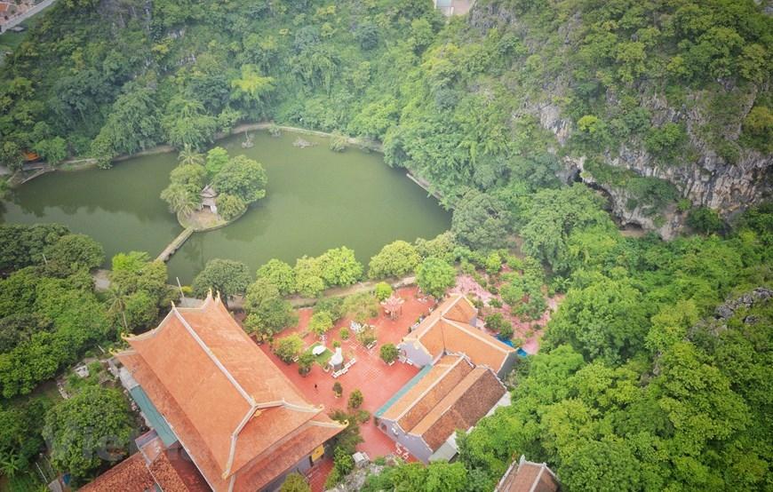 Động và núi Hoàng Xá nằm trong hệ thống 'thập lục đại danh sơn' (tức 16 quả núi lớn nổi tiếng) của phủ Quốc Oai xưa. (Ảnh: Xuân Mai/Vietnam+)