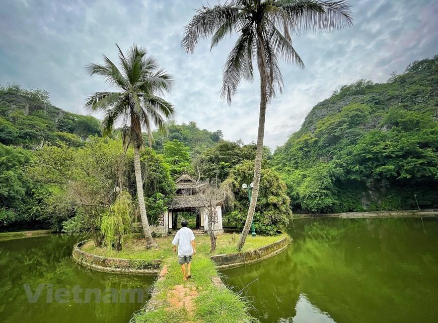 Hiện chỉ có một quản lý kiêm bảo vệ cả quần thể động Hoàng Xá. (Ảnh: Xuân Mai/Vietnam+)