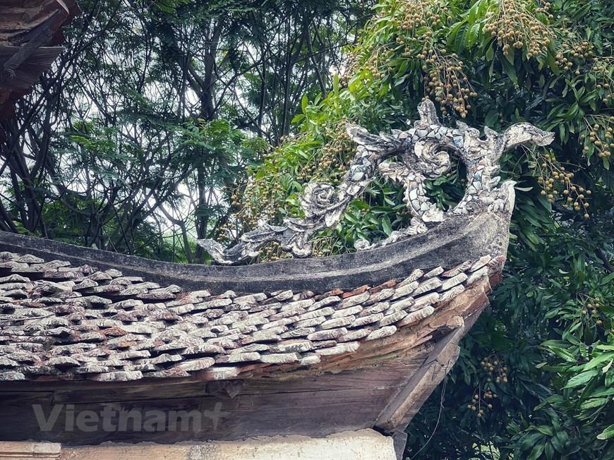 Mái dốc có 8 đầu đao cong mềm mại hình rồng. (Ảnh: Xuân Mai/Vietnam+)
