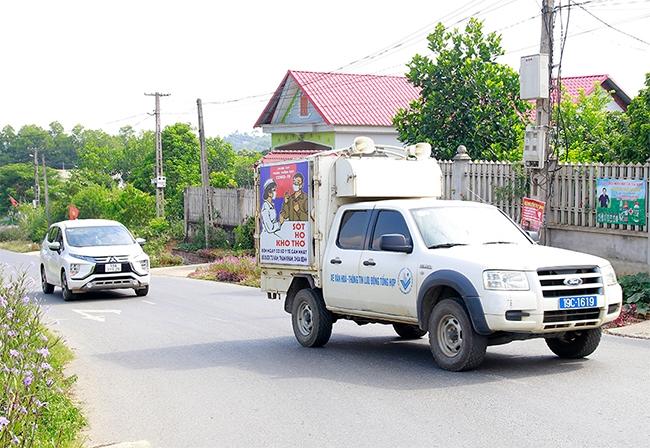 Xe tuyên truyền lưu động của Trung tâm Văn hóa - Thể thao và Du lịch huyện tuyên truyền về công tác phòng chống dịch COVID-19 ở các tuyến đường trên địa bàn huyện