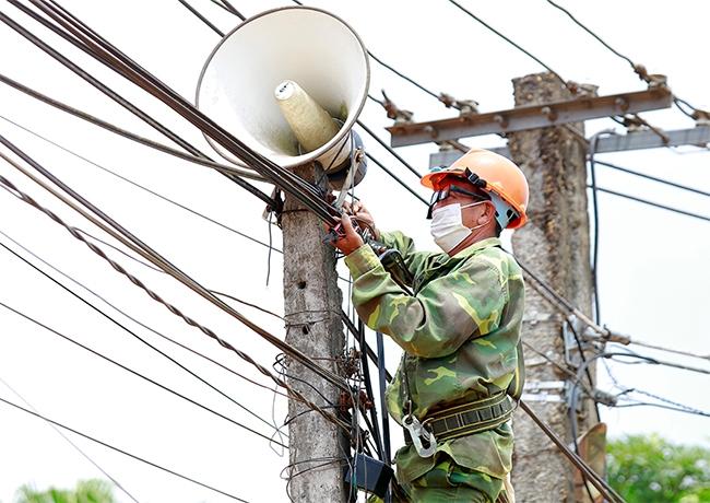 Cán bộ Đài truyền thanh xã Văn Miếu, huyện Thanh Sơn lắp đặt hệ thống loa phát thanh ở một số điểm nằm xa khu vực Trung tâm xã