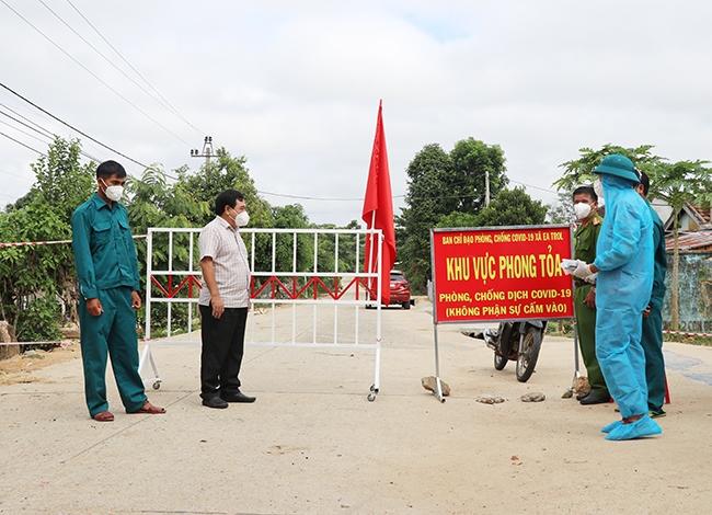 Lãnh đạo huyện Sông Hinh kiểm tra, động viên lực lượng làm công tác trực chốt chặn vào buôn Bầu, xã Ea Trol