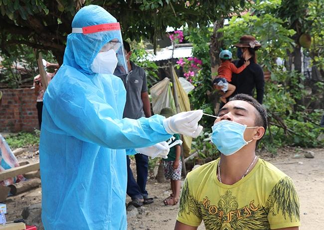 Lẫy mẫu xét nghiệm lần 2 cho người dân buôn Ly, xã Ea Trol, huyện Sông Hinh