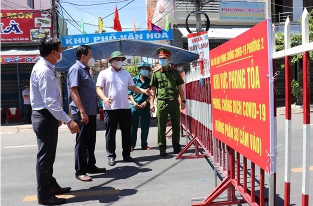 Lãnh đạo UBND tỉnh Phú Yên kiểm tra khu vực phong tỏa tại TP Tuy Hòa. Ảnh minh họa
