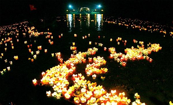 Lễ thả hoa đăng trên dòng sông Thạch Hãn tri ân các Anh hùng liệt sĩ (Ảnh TL)