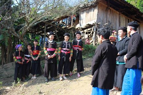Phụ nữ Lô Lô đen mặc quần ống rộng, trên đầu đội khăn cuốn rất cầu kỳ
