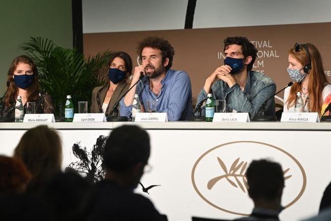 """Từ trái qua: Paloma Moritz, Marie Amiguet, Cyril Dion, Louis Garrel và Bella Lack tham dự buổi họp báo phim """"Cinema For The Climate"""" trong Liên hoan phim Cannes thường niên lần thứ 74, tại Cannes, Pháp, ngày 11/7. (Ảnh: EPA-Yonhap)"""