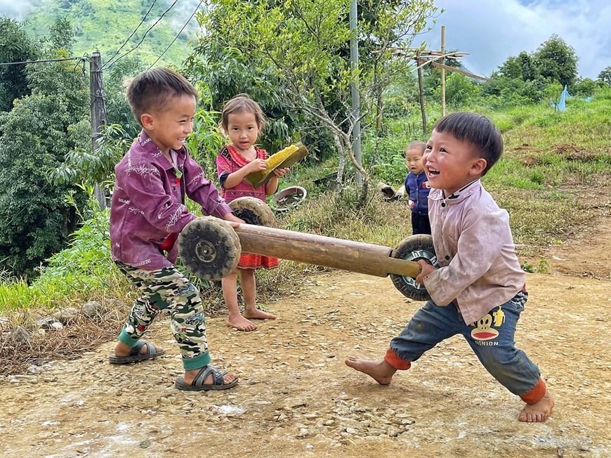 """Các em nhỏ ở xã Sin Suối Hồ, huyện Phong Thổ, tỉnh Lai Châu háo hức khi được các anh lớn trong nhà chế cho chiếc ''ô tô 3 bánh"""""""
