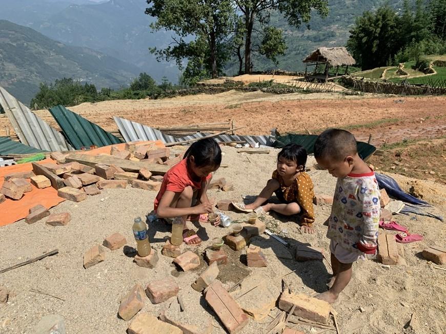 ...hay rủ nhau chơi trò ''nấu cơm'' giữa trời nắng 'vỡ đầu' như tụi nhỏ ở thôn Choản Thèn, xã Y Tý, huyện Bát Xát, tỉnh Lào Cai
