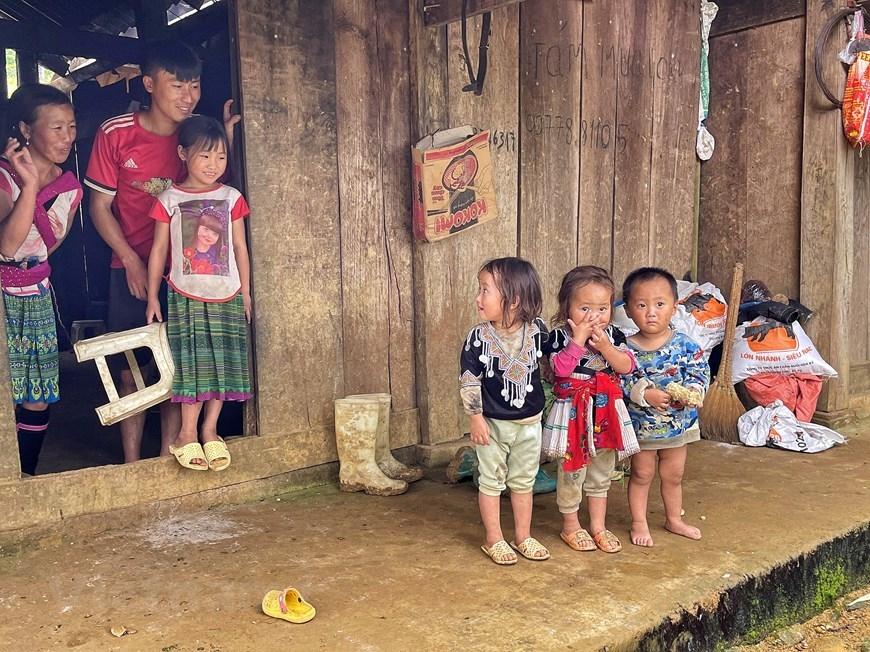 Đám trẻ lít nhít thường chơi loanh quanh vách nhà