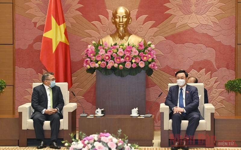 Chủ tịch Quốc hội Vương Đình Huệ và Đại sứ Philippines tại Việt Nam tại buổi tiếp