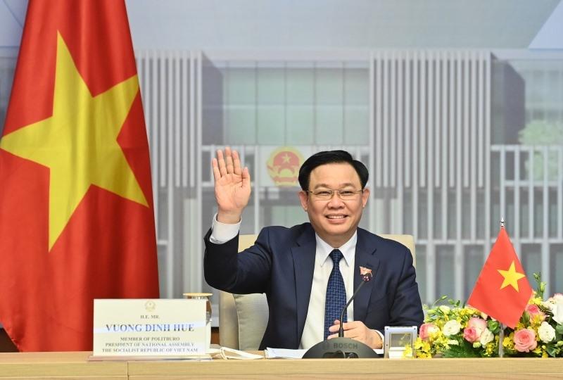 Chủ tịch Quốc hội Vương Đình Huệ vẫy tay chào Chủ tịch Quốc hội Singapore.