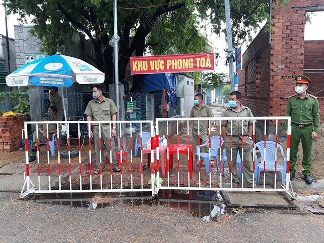 Một con hẻm trên đường Trần Phú, thị trấn Phước Dân, huyện Ninh Phước (Ninh Thuận) đã bị phong tỏa