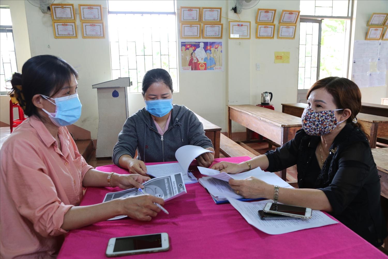 Các thành viên tổ Covid-19 cộng đồng phường Khánh Xuân, TP. Buôn Ma Thuột lập danh sách người về địa phương