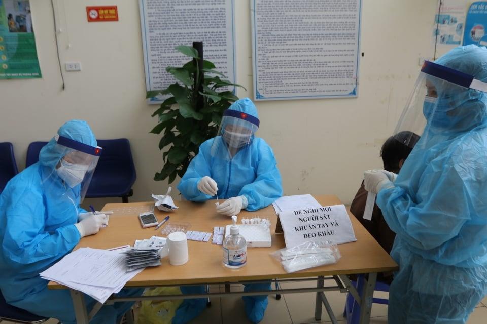 Lấy mẫu xét nghiệm SARS-CoV-2 cho người dân ở khu vực nguy cơ. Ảnh: PV