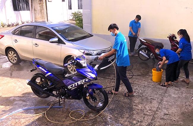Mô hình rửa xe gây quỹ phòng, chống dịch của Đoàn xã Tiến Hưng tại khuôn viên trụ sở UBND xã