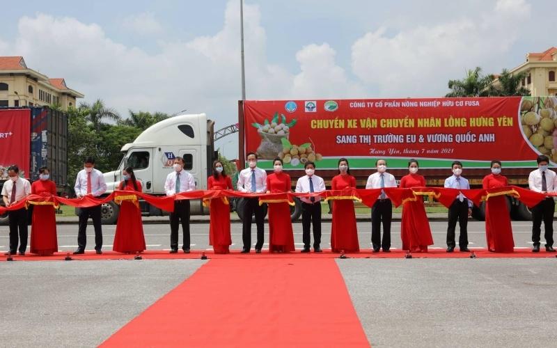 Các đại biểu dự Hội nghị cắt băng xuất hành đưa nhãn Hưng Yên vào hệ thống phân phối