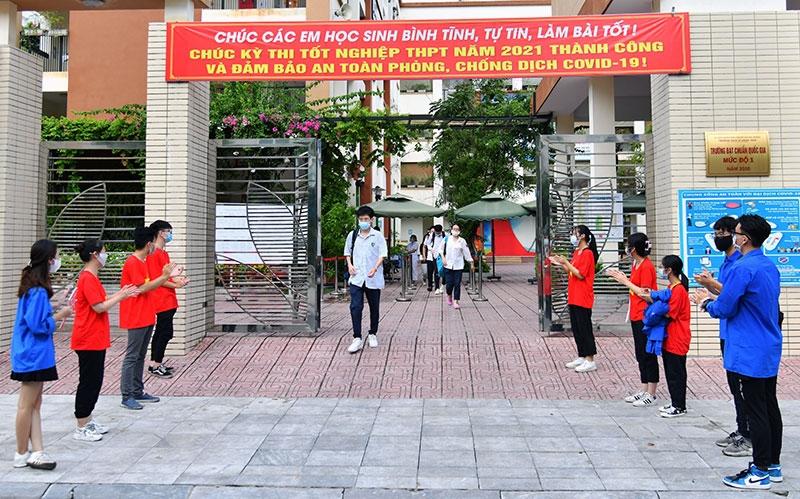 Các thí sinh tại điểm thi Trường THCS Lê Ngọc Hân (TP. Hà Nội) sau khi hoàn thành môn thi ngày 8/7/2021. Ảnh: Mỹ Hà