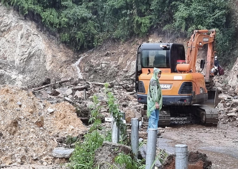 Các phương tiện đang tập trung san gạt đất đá để có thể thông tuyến sớm nhất