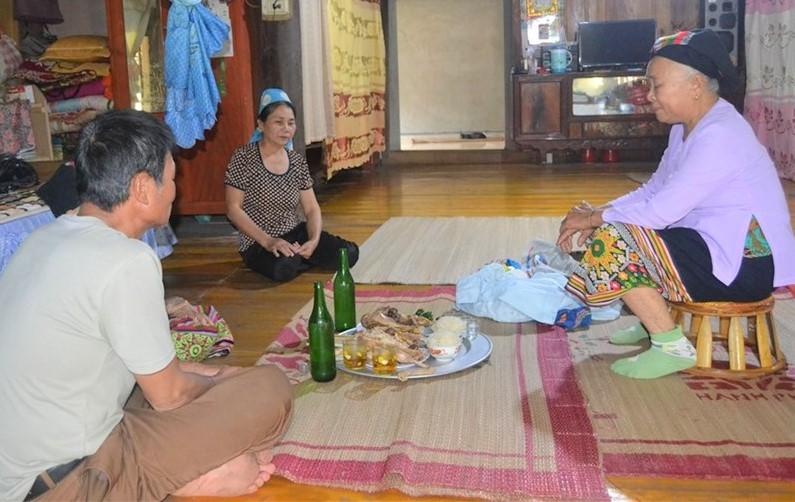 Các lễ vật trong lễ gọi vía được đồng bào Thái đặt ngay giữa gian nhà chính.