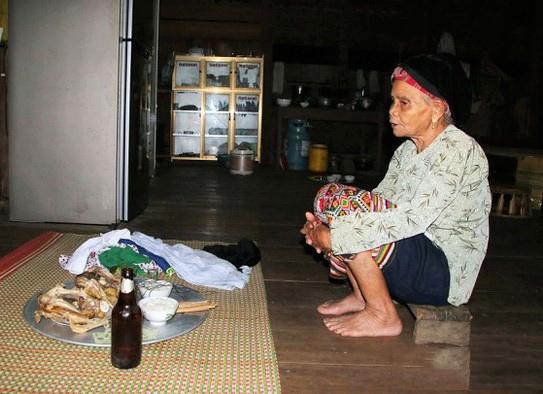 Lễ vật trong lễ gọi vía không cần quá cầu kỳ, nhưng nhất thiết phải có bát cơm/gói cơm, cùng với một ít đồ dùng, vật dụng của người được gọi vía.
