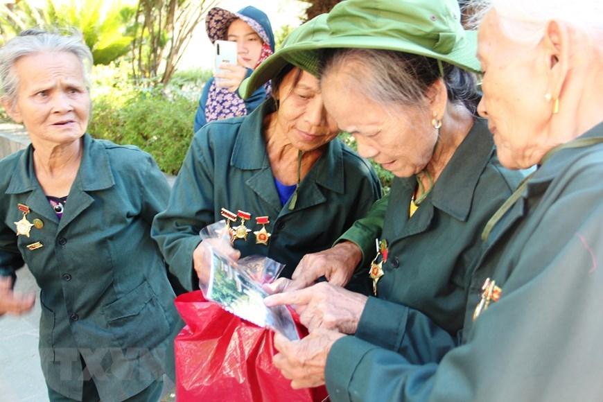 Các cựu thanh niên xung phong ôn lại kỷ niệm chiến đấu ở chiến trường Đồng Lộc (15/7/2020). (Ảnh: Hoàng Ngà/TTXVN)