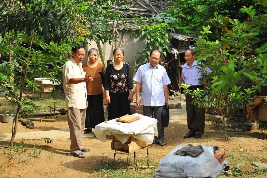 Ông Đinh Quốc Đại - cựu thanh niên xung phong giới thiệu mô hình nuôi ong với các đồng đội. Ông không ngừng vươn lên trong cuộc sống, có nhiều đóng góp vào sự phát triển kinh tế chung cho Ninh Bình. (Ảnh: Minh Đức/TTXVN)