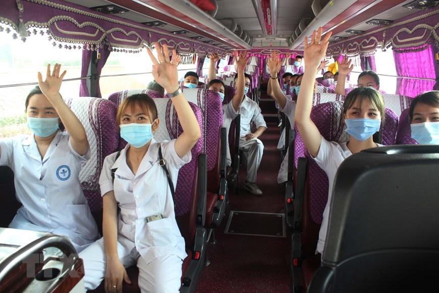 Đoàn cán bộ, nhân viên y tế tham gia tình nguyện xung phong lên đường hỗ trợ tỉnh Bắc Giang phòng, chống dịch COVID-19 (3/6/2021). (Ảnh: Tạ Toàn/TTXVN)